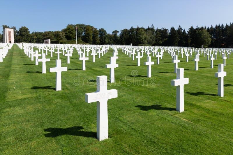 Cimetière de l'Américain WW2 avec le monument et les pierres tombales commémoratifs au Luxembourg photo stock