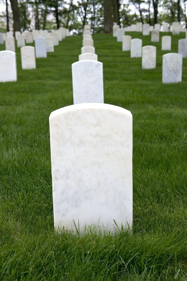 Cimetière de mémorial de guerre avec le marqueur vide de tombe de pierre tombale photos stock
