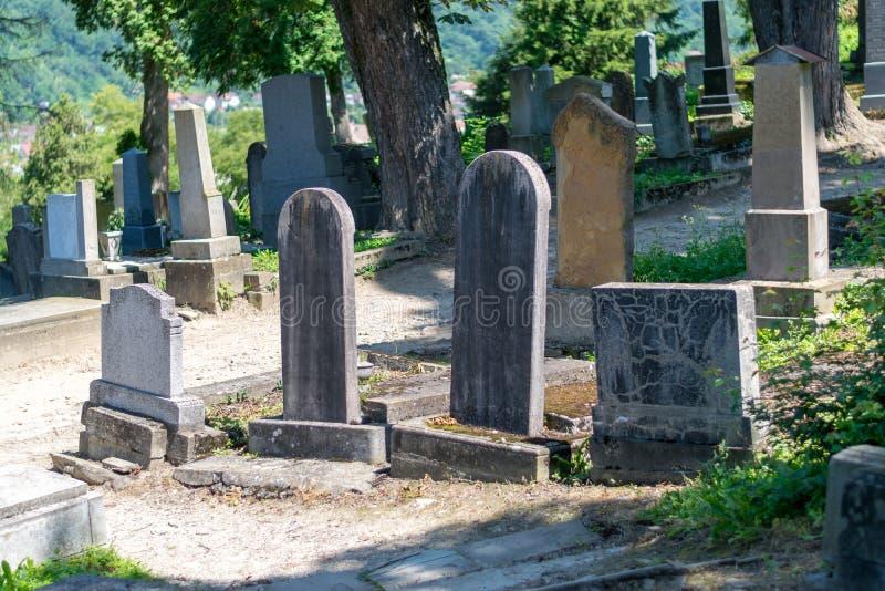 Cimetière de Saxon, situé à côté de l'église sur la colline dans Sighisoara, la Roumanie image stock
