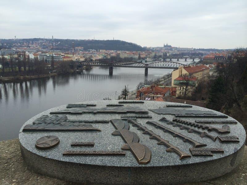 Cimetière de Vysehard avec la vue étonnante du plan de pont image libre de droits