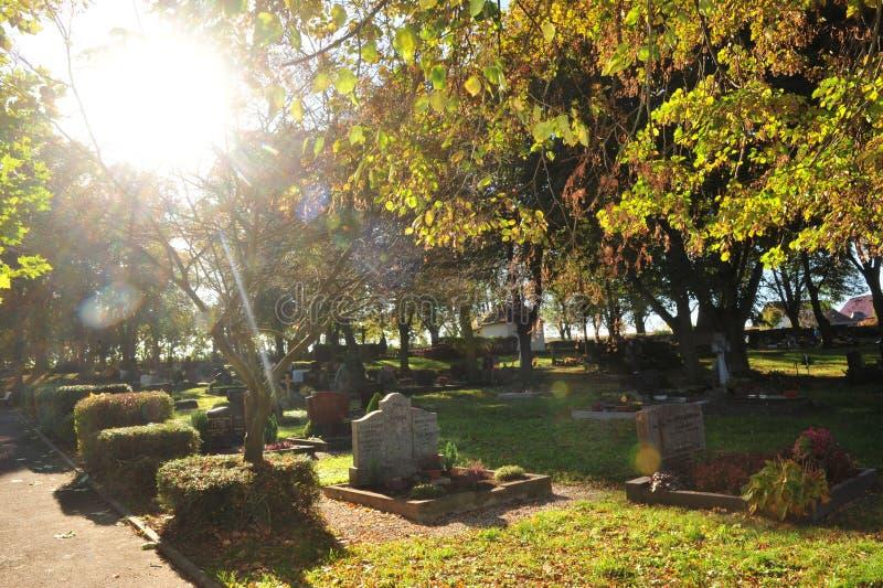 Cimetière en soleil d'automne images libres de droits