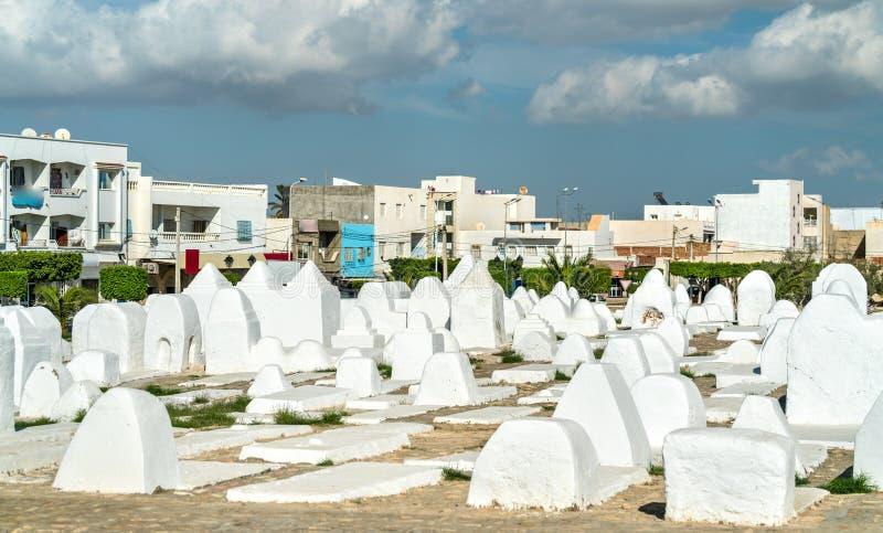 Cimetière musulman antique aux murs de la Médina de Kairouan, Tunisie photographie stock libre de droits