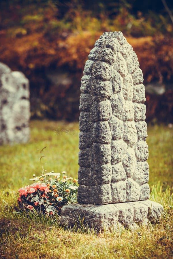 Cimetière près d'église de Hamre, île Osteroy Norvège photographie stock libre de droits