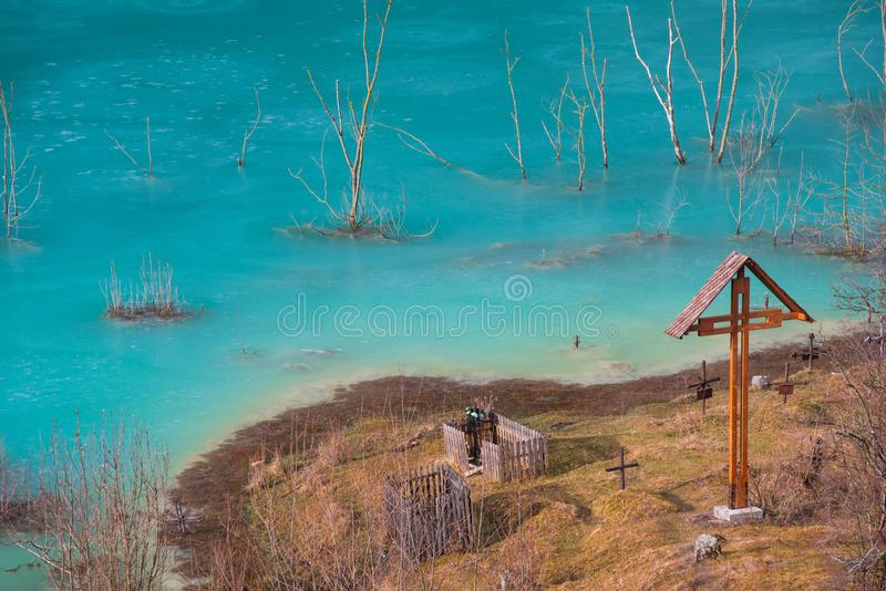 Cimetière sous le lac industriel souillé dans Geamana, Roumanie photos libres de droits
