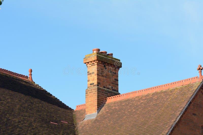 Ciminiera sul tetto della proprietà vittoriana di stile fotografie stock libere da diritti