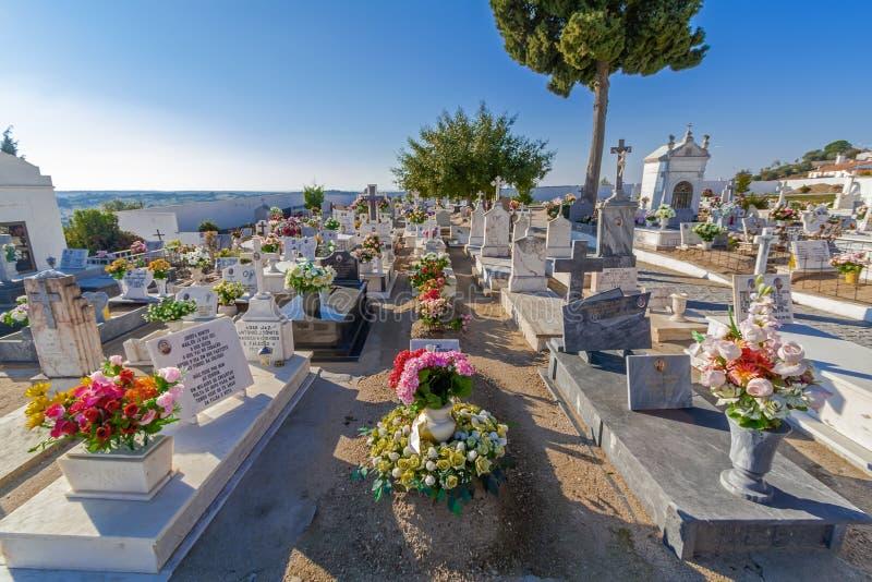 Cimitero cattolico tipico con le tombe decorate con i fiori nell'interno a sud del Portogallo fotografie stock libere da diritti