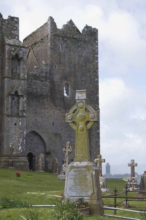 Cimitero con le croci celtiche, roccia di Cashel, Co Tipperary immagini stock