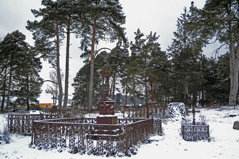 Cimitero cristiano molto vecchio nel giorno di inverno immagini stock libere da diritti