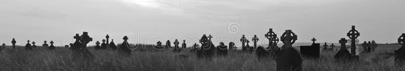 Cimitero dell'Irlanda a panorama BW di tramonto fotografia stock libera da diritti