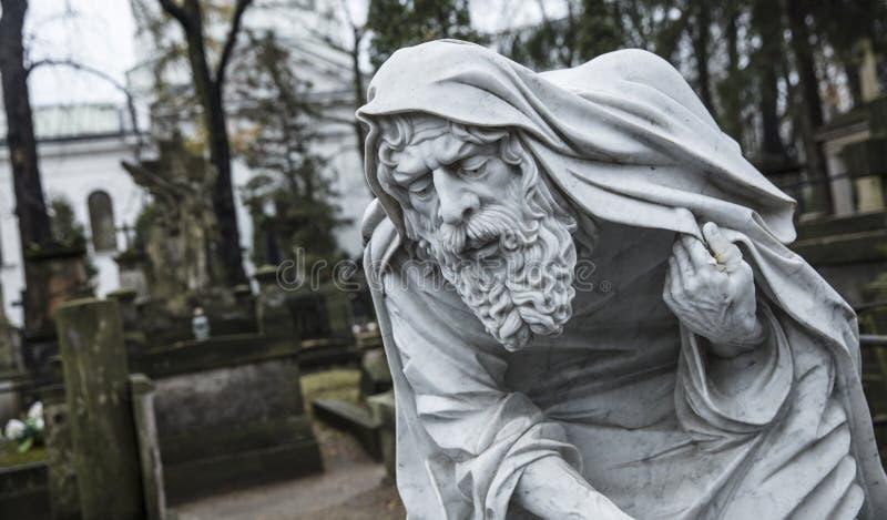 Cimitero di Powazki, Varsavia, Polonia, Europa, dicembre 2018, statua di vecchio tempo del padre al cimitero fotografia stock