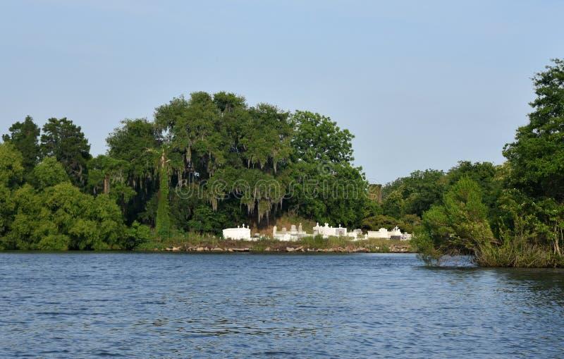 Cimitero lungo le banche del ramo paludoso di fiume fotografia stock libera da diritti