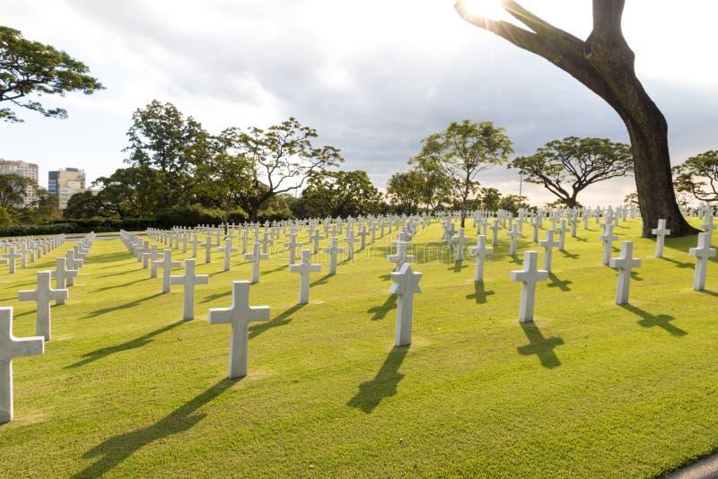 Cimitero militare di guerra con la stella ebrea nell'illuminazione posteriore fotografia stock libera da diritti