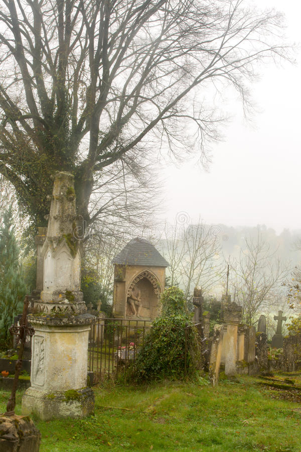 Cimitero nebbioso immagine stock libera da diritti