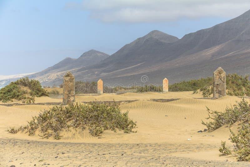 Cimitero sulle dune di sabbia alla spiaggia di Cofete, Fuerteventura immagine stock libera da diritti