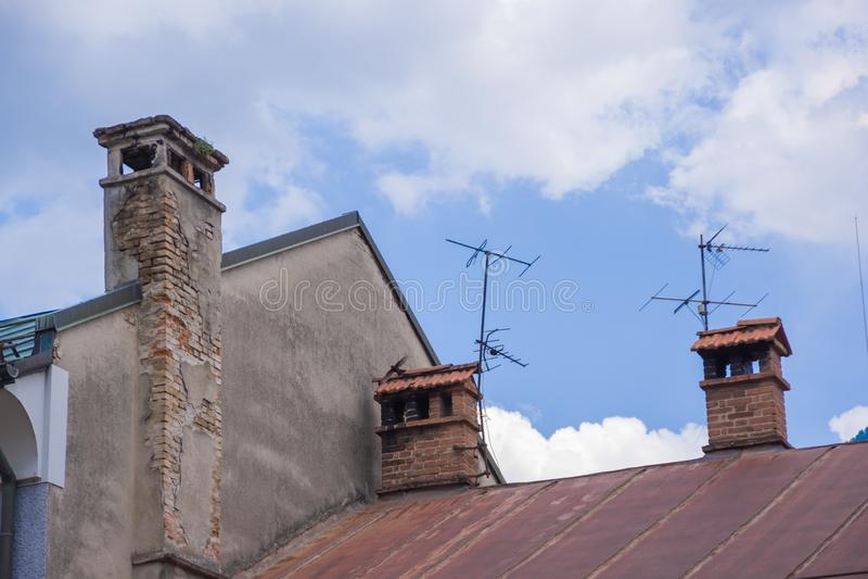 Cimmey in oude huizen stock fotografie