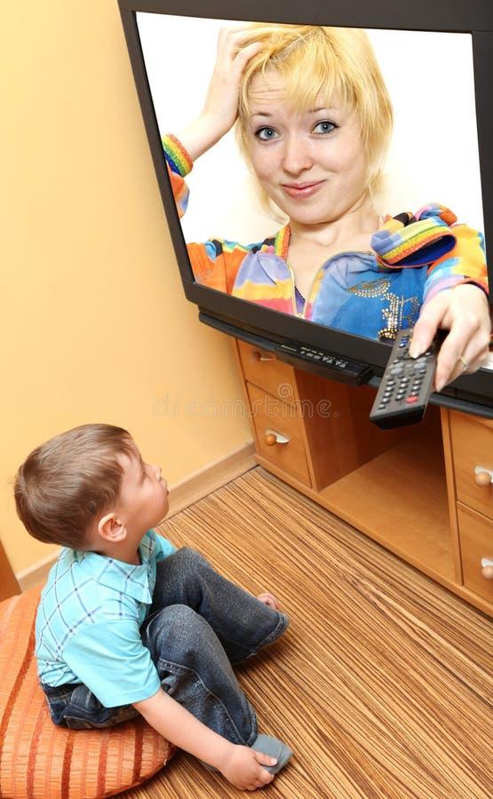 Cinéma de observation de petit garçon à la TV photo libre de droits