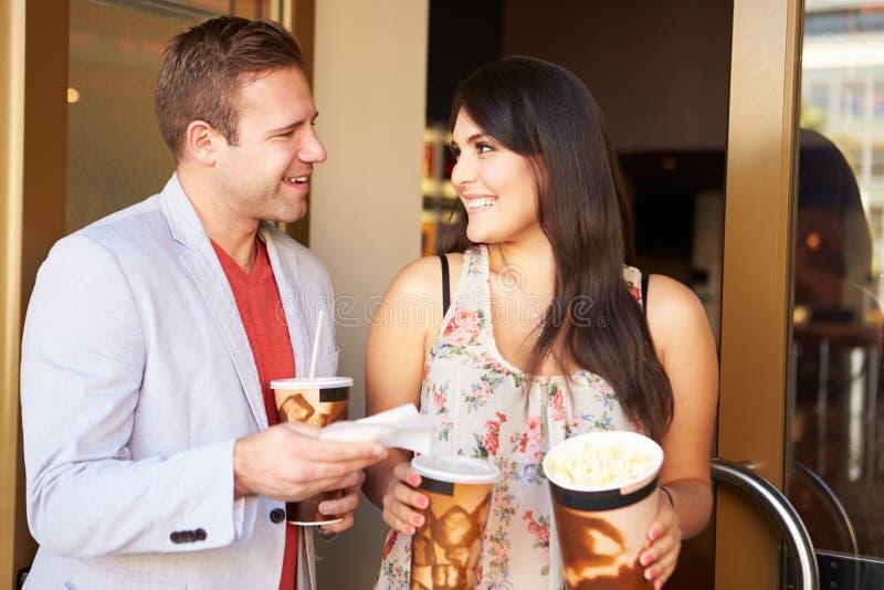 Cinéma extérieur debout de couples ensemble images stock