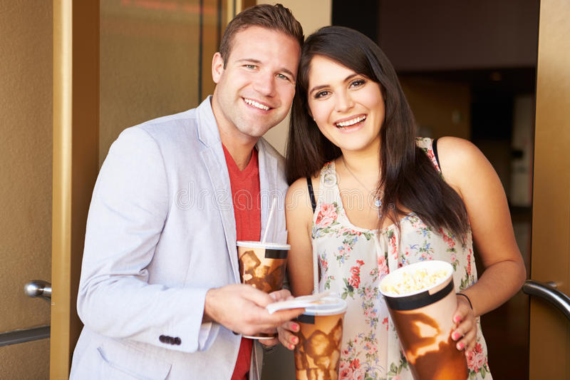 Cinéma extérieur debout de couples ensemble photos stock