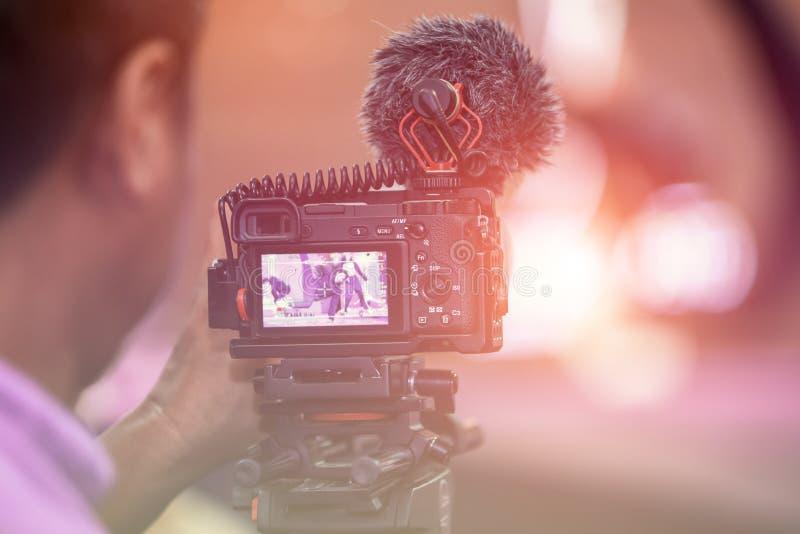 Cinématographie fonctionnant dans l'événement avec le créatif et le cameraman photos stock