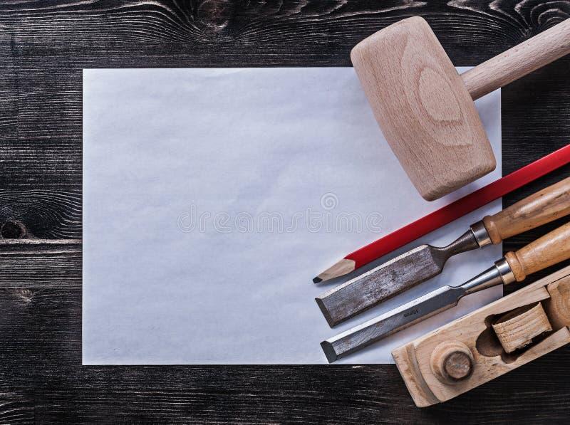 Cincela el martillo de madera que afeita el lápiz plano limpio foto de archivo