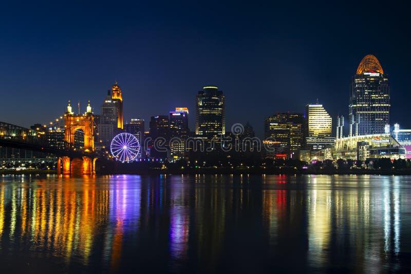 Cincinnati avec la roue de SkyStar photographie stock
