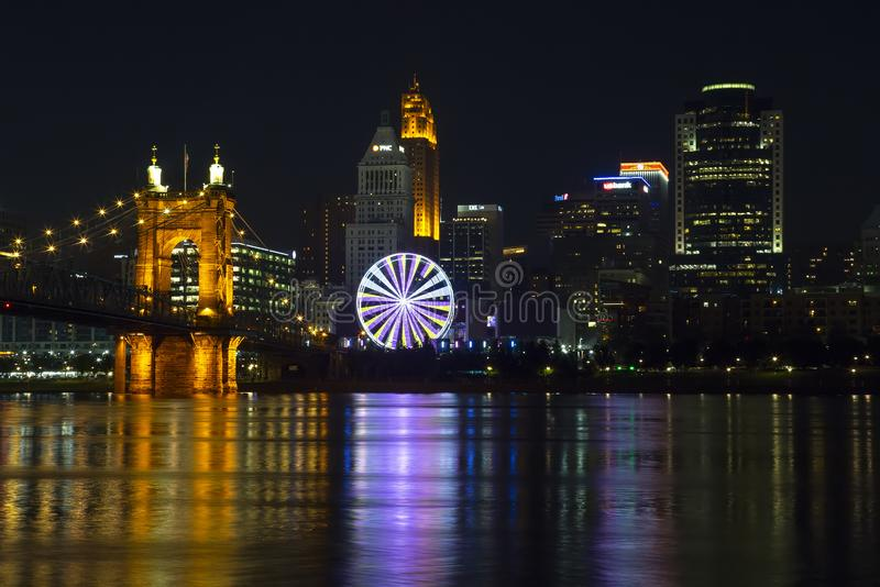 Cincinnati avec la roue de SkyStar images stock