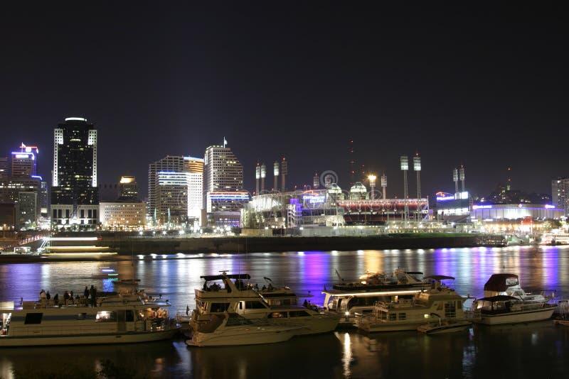 Cincinnati céntrica por noche fotografía de archivo
