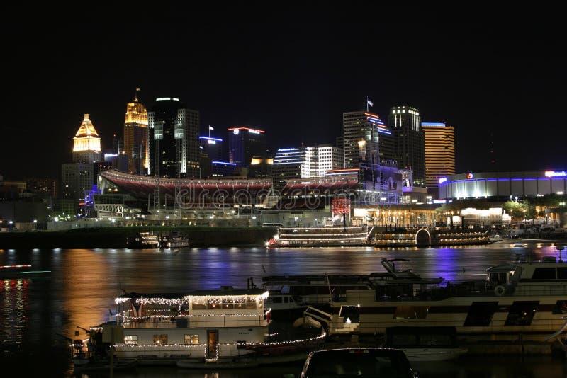 Cincinnati céntrica por noche imágenes de archivo libres de regalías