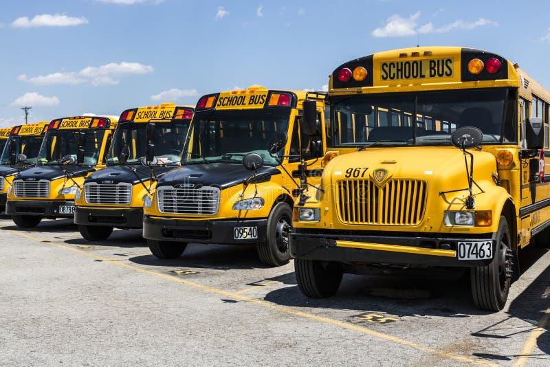 Cincinnati - cerca do maio de 2017: Ônibus escolares amarelos em um lote do distrito que espera para partir para estudantes II imagem de stock