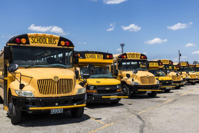 Cincinnati - Circa Maj 2017: Gula skolbussar i en områdeslott som väntar för att avgå för studenter III arkivfoto