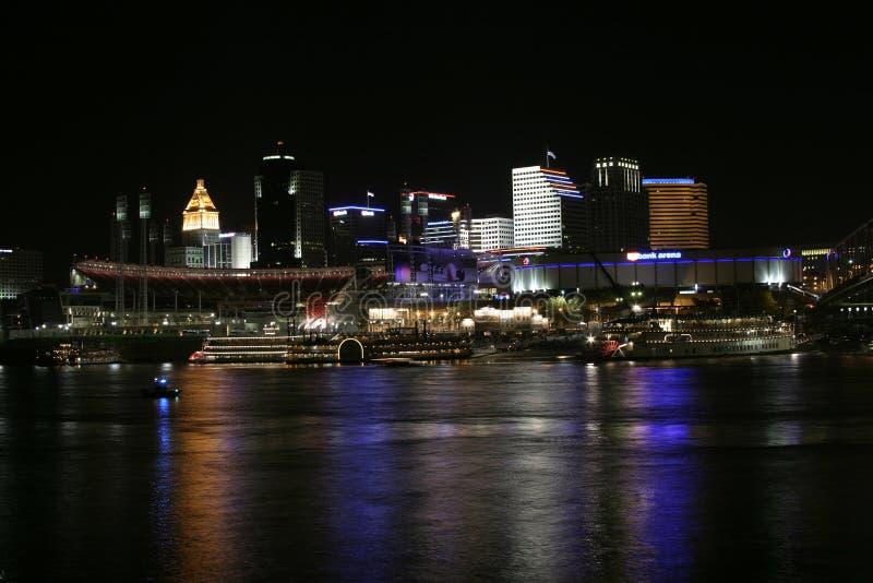 Cincinnati de stad in 's nachts stock foto's