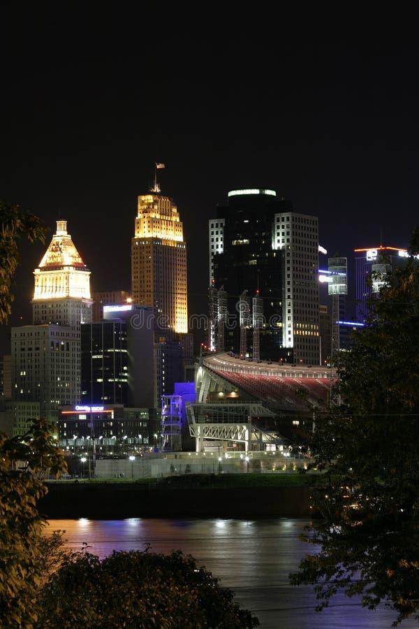 Cincinnati del centro entro la notte fotografie stock libere da diritti