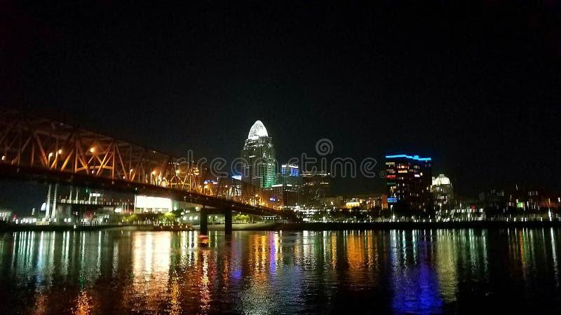 Cincinnati du centre la nuit de l'autre côté de la rivière images libres de droits