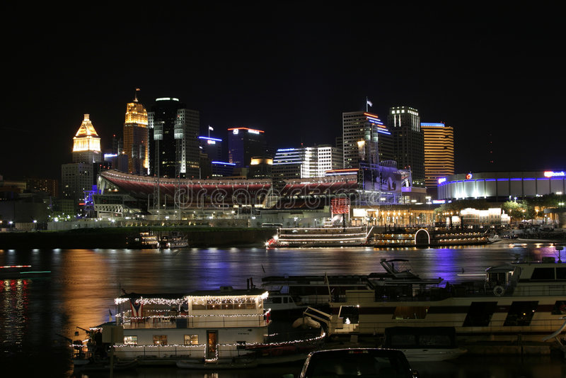 Cincinnati du centre par nuit images libres de droits