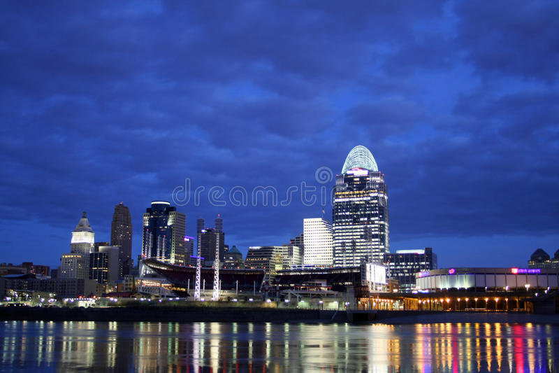 Cincinnati EDITORIAL momentos antes del amanecer imágenes de archivo libres de regalías