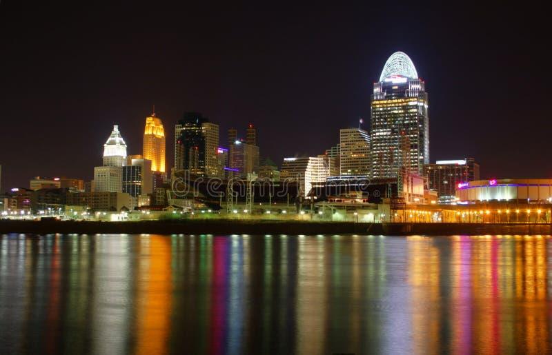 Cincinnati EDITORIAL Ohio en la noche imagen de archivo