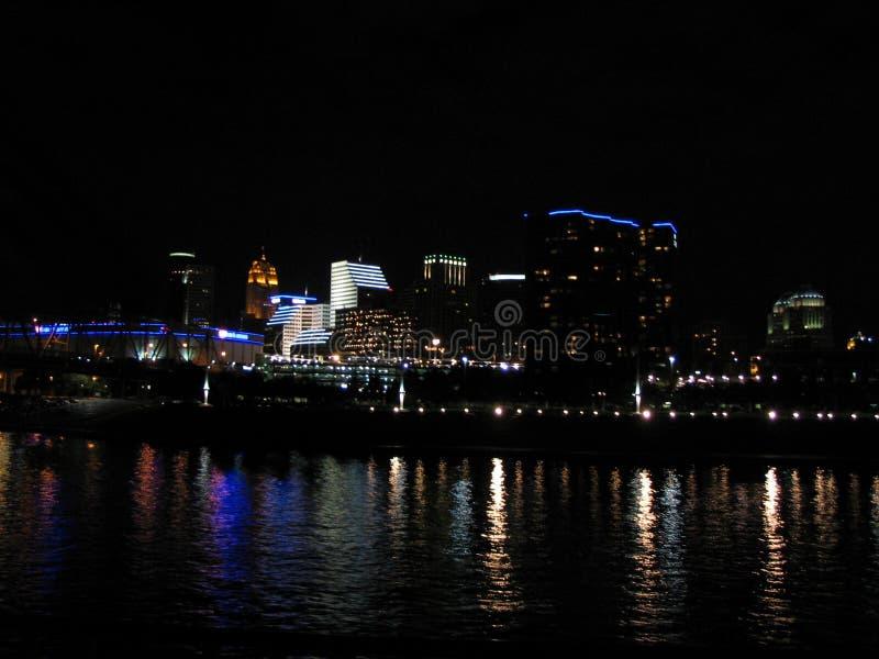 Cincinnati en la noche imagen de archivo