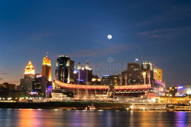 Cincinnati, Ohio na noite fotos de stock