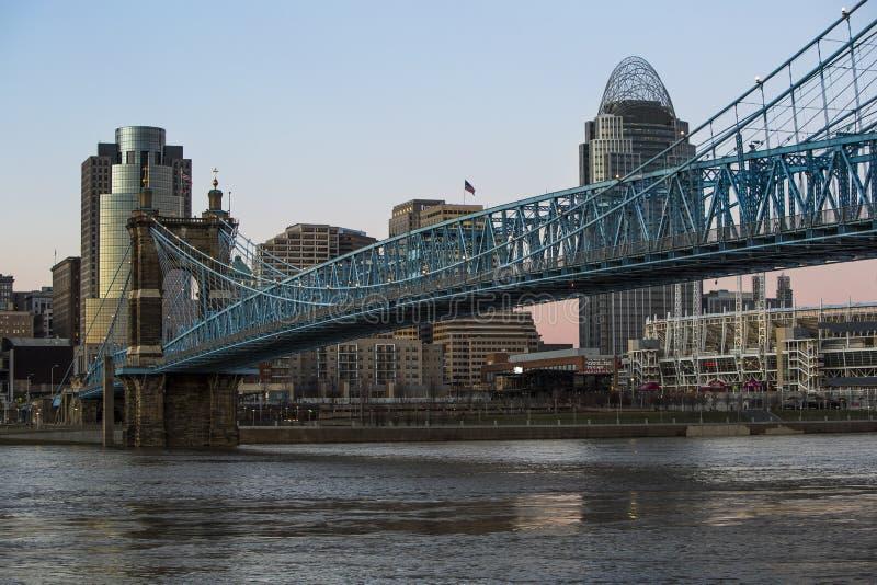 Cincinnati-Skyline als Sonnenuntergang-Ansätze stockbilder