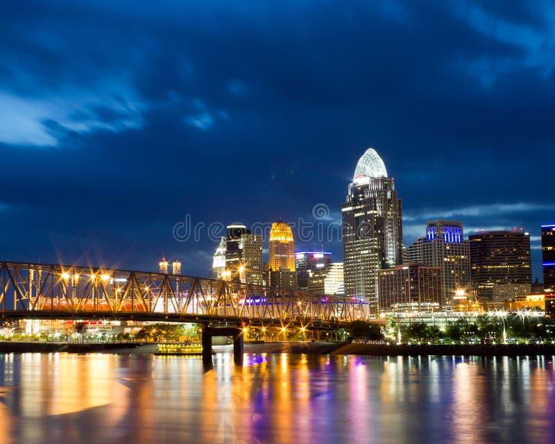 Cincinnati-Skyline nachts stockfotos