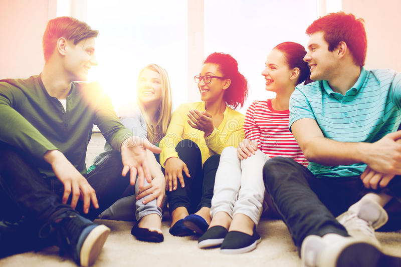 Cinco adolescentes sonrientes que se divierten en casa imágenes de archivo libres de regalías
