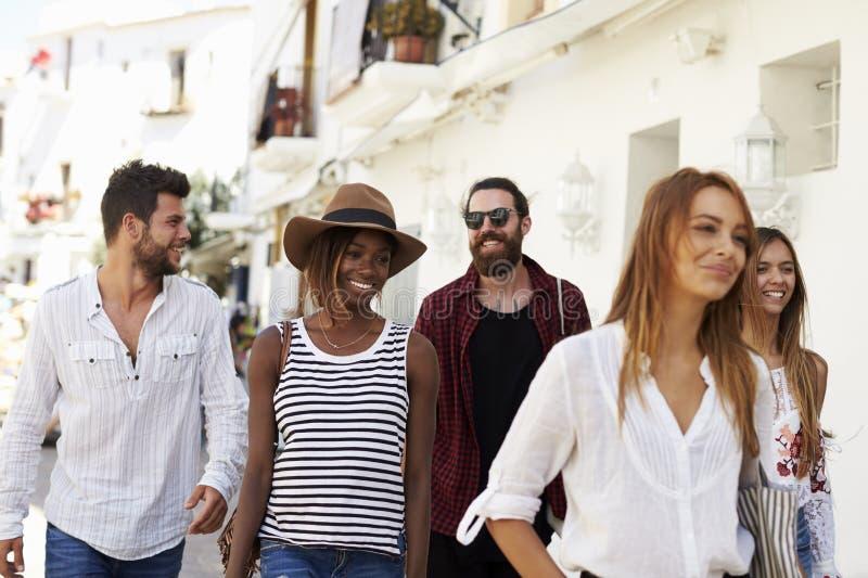 Cinco amigos em férias que andam através da cidade, Ibiza, Espanha fotos de stock