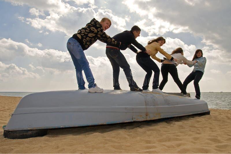 Cinco amigos en el barco foto de archivo