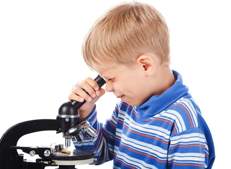 Download Cinco Anos De Menino Idoso Com Microscópio Foto de Stock - Imagem de pesquisa, aprendizagem: 16869006