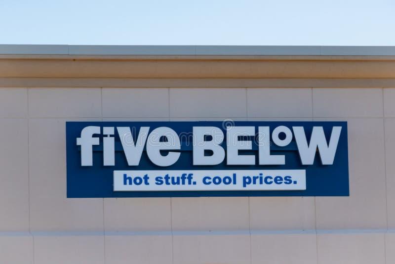 Cinco artigos abaixo das vendas da loja que custaram até $5 fotografia de stock royalty free