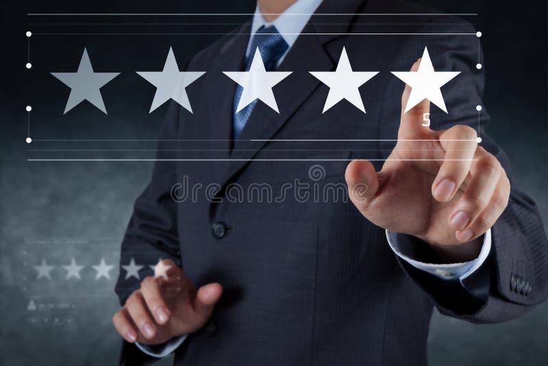 Cinco a avaliação das estrelas 5 com um homem de negócios está tocando ilustração royalty free