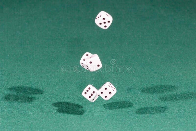 Cinco blancos corta caer en cuadritos en una tabla verde imagen de archivo