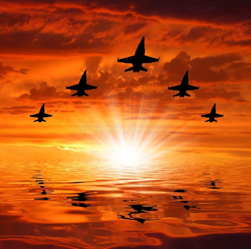 Cinco bombardeiros sobre o por do sol imagem de stock royalty free