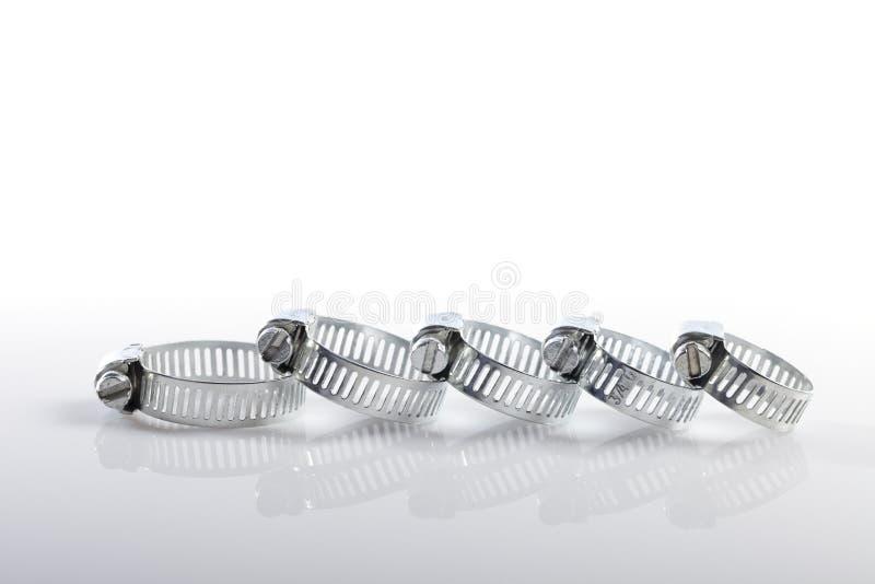 Cinco braçadeiras metálicas isoladas no branco imagens de stock royalty free