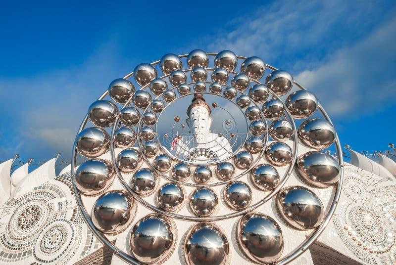 Cinco branco buddha em Wat Prathat Phasornkaew, Tailândia foto de stock